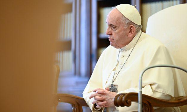 Le pape rend hommage au travail des médecins indiens…