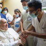 Le pape François va rester «encore quelques jours» à l'hôpital…
